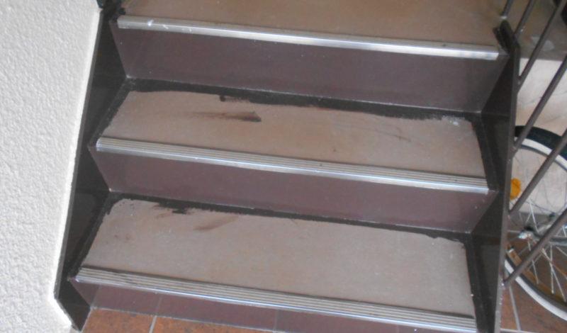 階段長尺シート施工 : Before